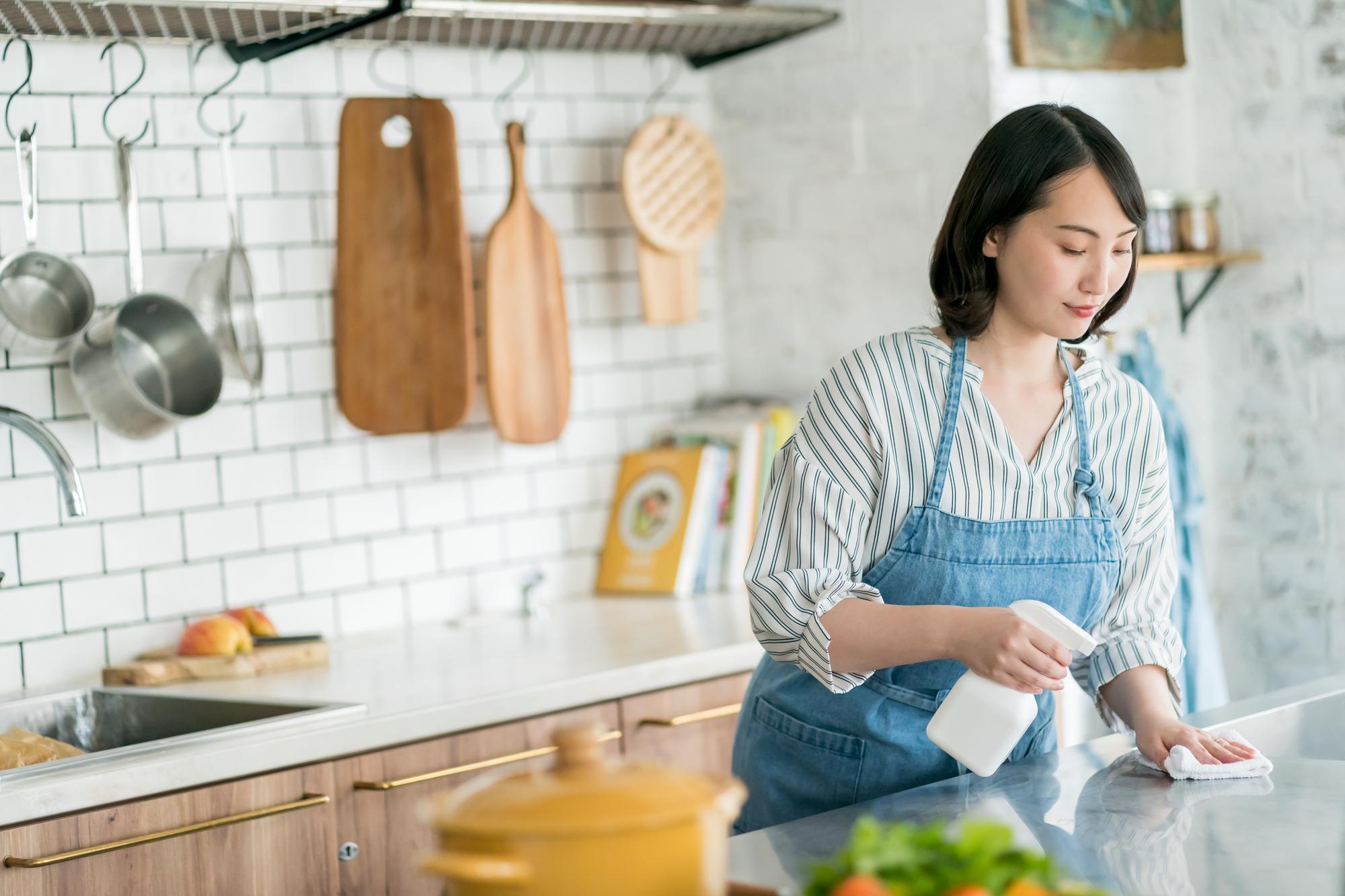 キッチンを除菌する主婦